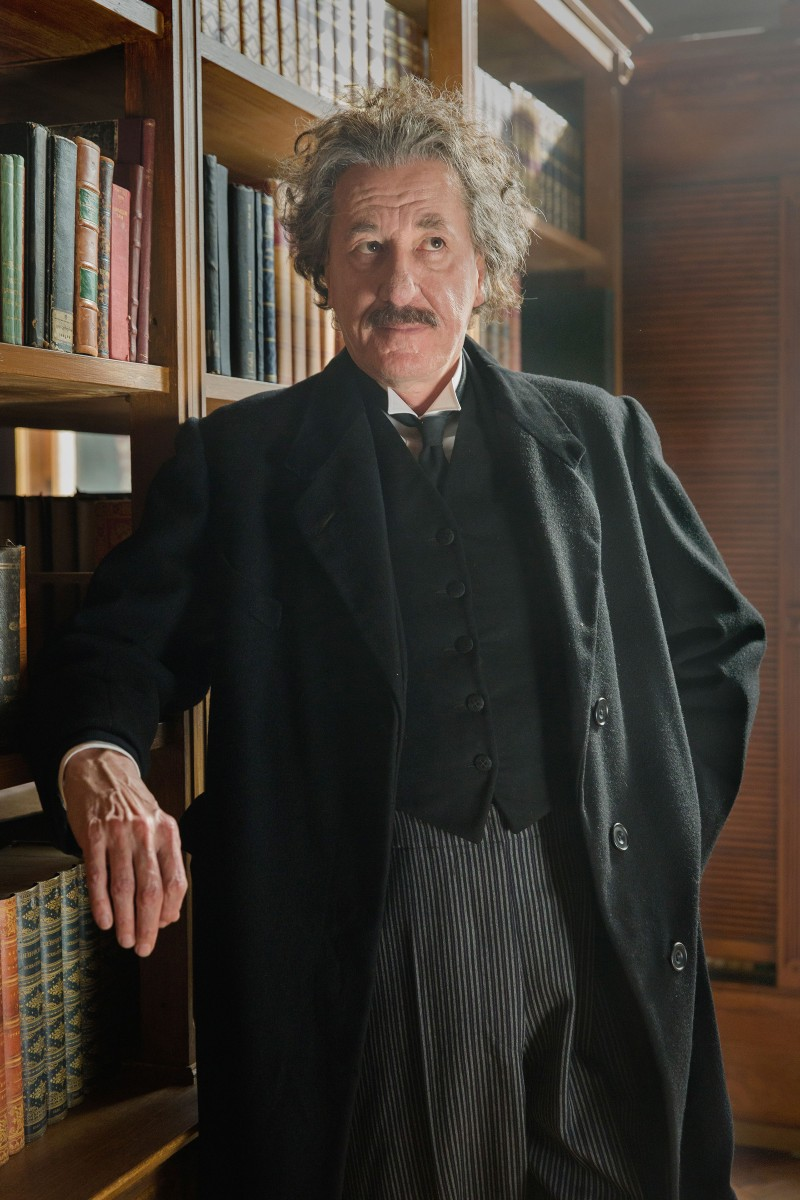 Geoffrey Rush es Einstein en GENIUS - National Geographic.jpg