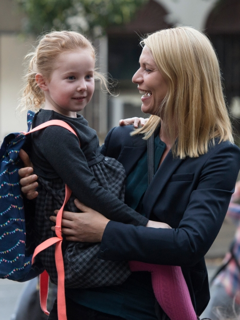 Claire and McKenna Keane as Franny and Claire Danes as Carrie Mathison in HOMELAND (Season 6, Episode 04). - Photo: JoJo Whilden/SHOWTIME - Photo ID: HOMELAND_604_728.R