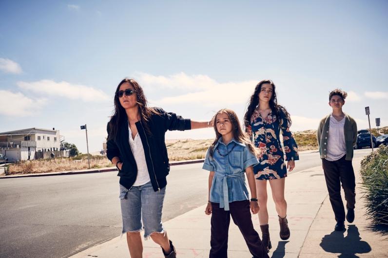 Sam (Adlon) y sus hijas en Better Things 2.
