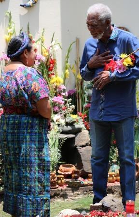 La activista política Rigoberta Menchú con Morgan Freeman en Guatemala - The Story of Us en National Geographic 4